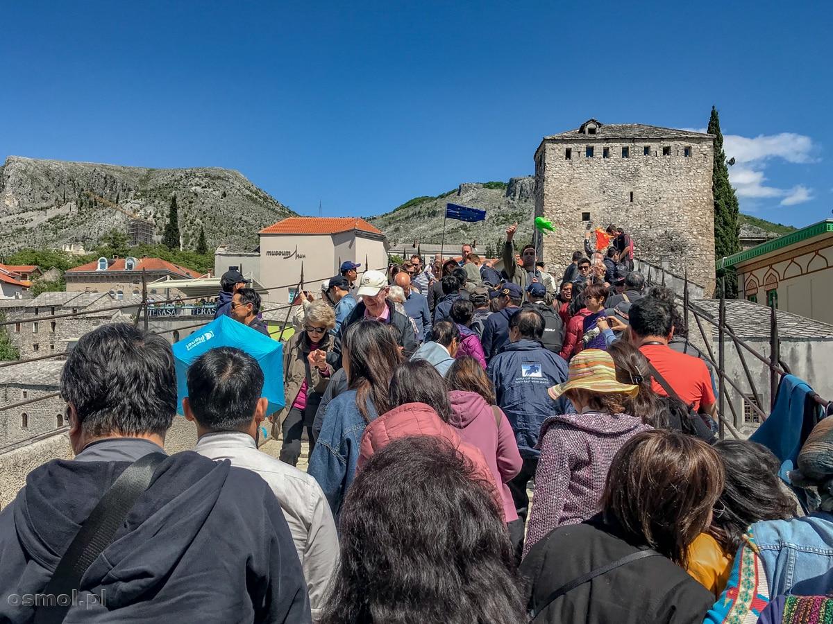 Wakacyjny zwykły dzień w Mostarze. Tłumy turystów przelewają się przez słynny Stary Most