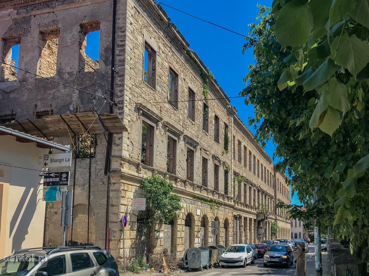 Zniszczone podczas wojny budynki, wciąż są w Mostarze powszechne. Wystarczy odejść kilkaset metrów od mostu, by zobaczyć spalone wiele lat temu domy, ściany przeorane seriami z karabinów maszynowych i wyrwy po wybuchach armatnich....