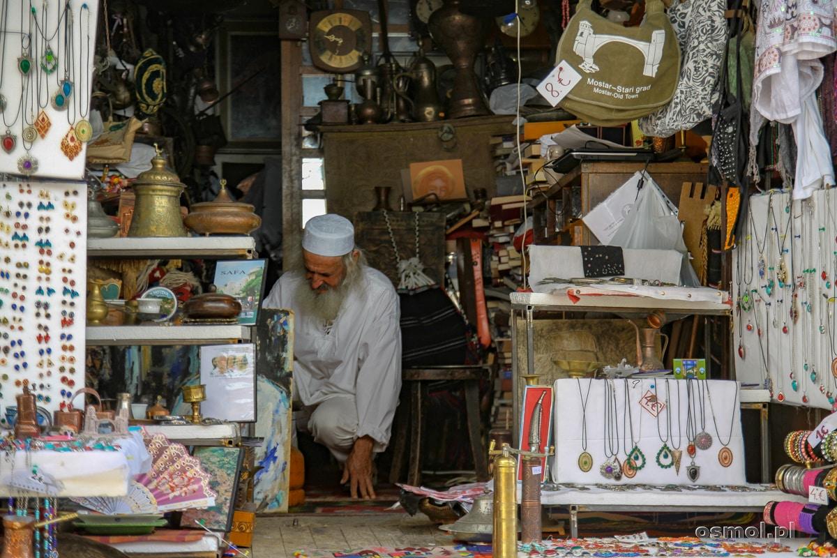 Stragan w Mostarze i sprzedawca w tradycyjnym stroju