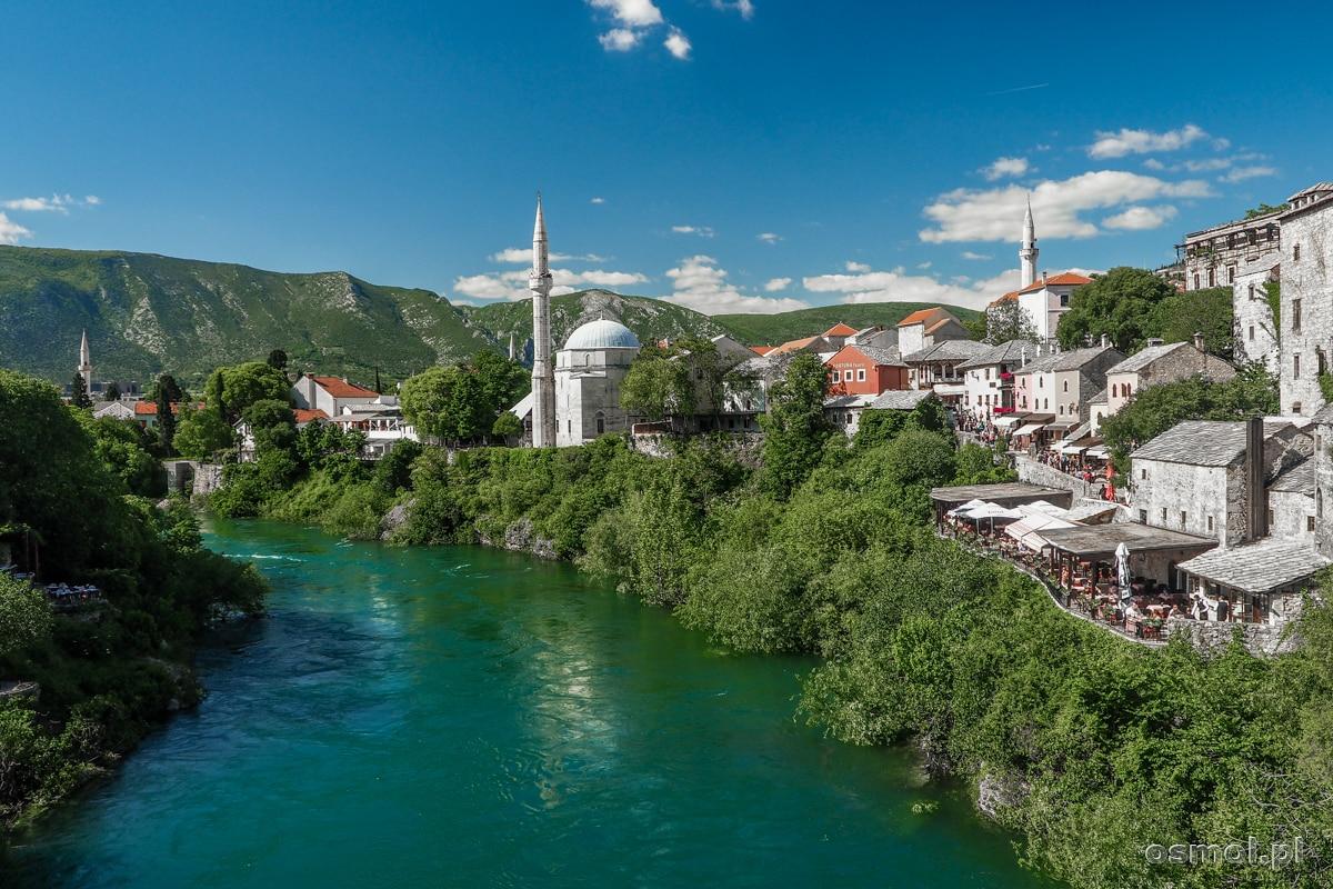 Neretwa tocząca swoje wody przez Mostar. Po prawej, tuż obok wody meczet Meczet Koski Mehmed Pasha