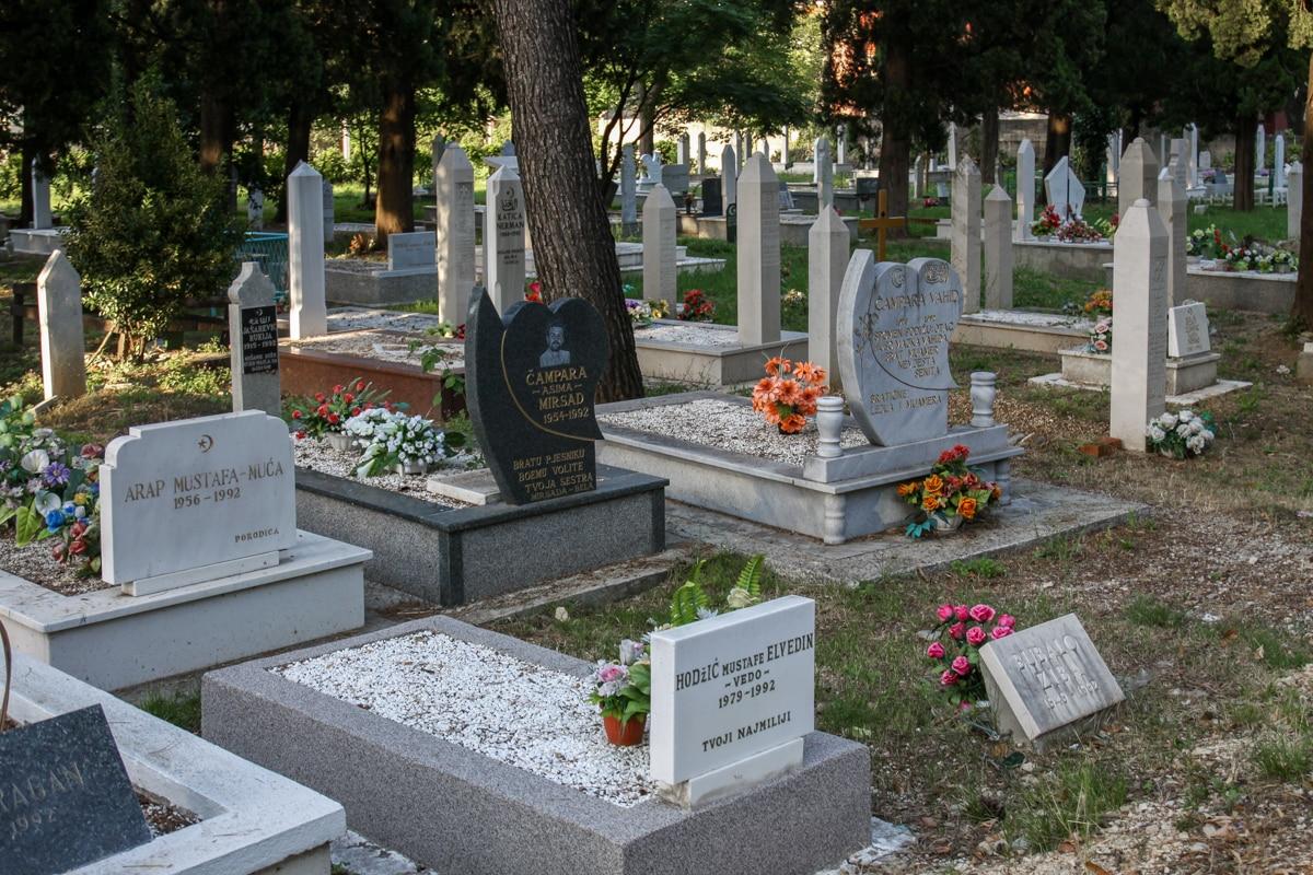 Cmentarze są rozsiane po całym Mostarze. Na każdym z nich dominuje jedna i ta sama data. Ofiary walk z jednego roku