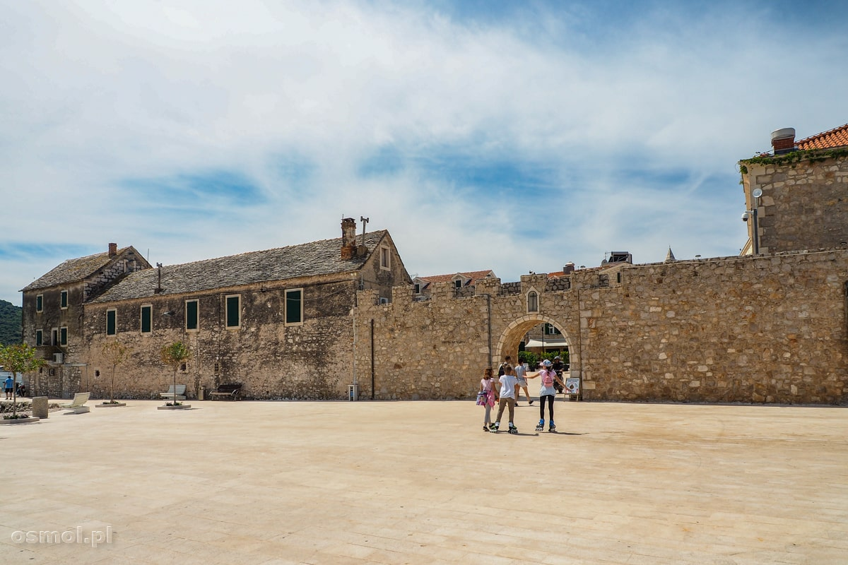 Plac przed murami obronnymi Primosten