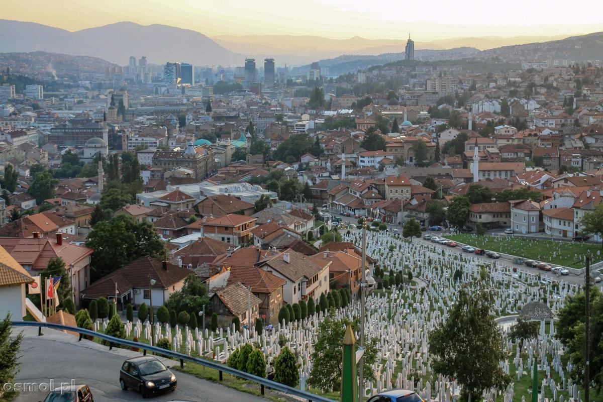 Panorama Sarajewa. Na pierwszym planie cmentarz. Jeden z wielu w mieście
