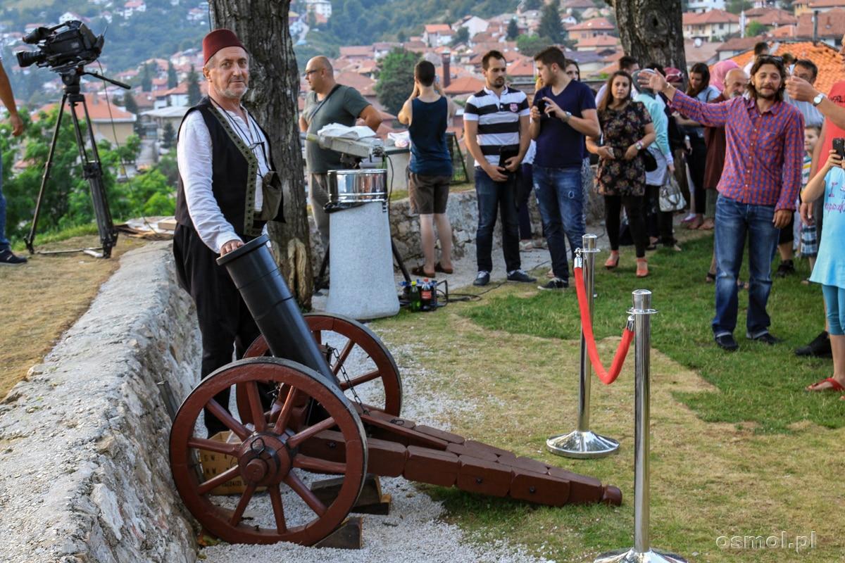 Wystrzał z armaty z fortecy ZutaTabija daje sygnał całemu Sarajewu: koniec postu! Można jeść :)
