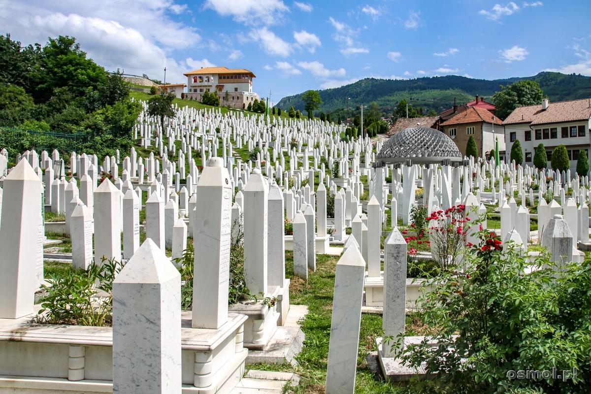 Jeden z wielu cmentarzy w Sarajewie. Nekropolie rozsiane są po całym mieście, przypominają o nie tak dawnym oblężeniu miasta i dziesiątkach tysięcy ofiar