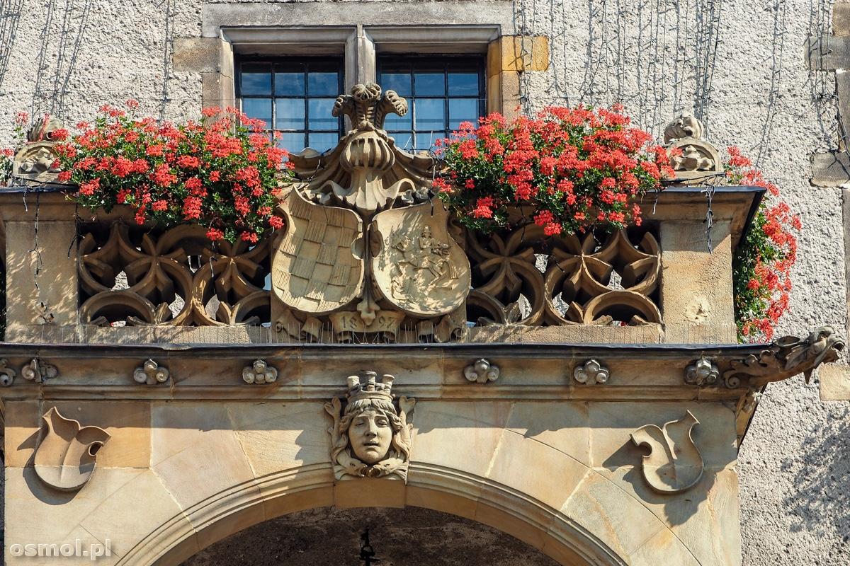 Herb nad wejściem do ratusza w Jaworze