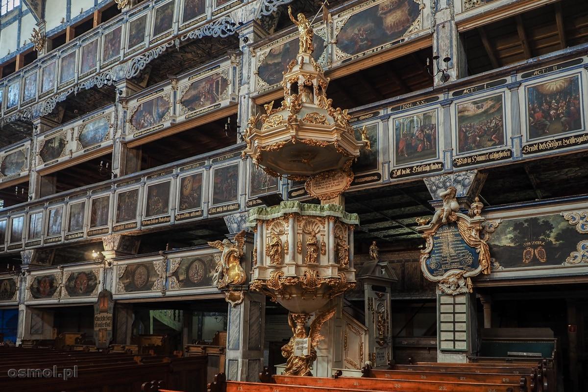 Ambona oraz bogato zdobione balkony w Kościele Pokoju w Jaworze