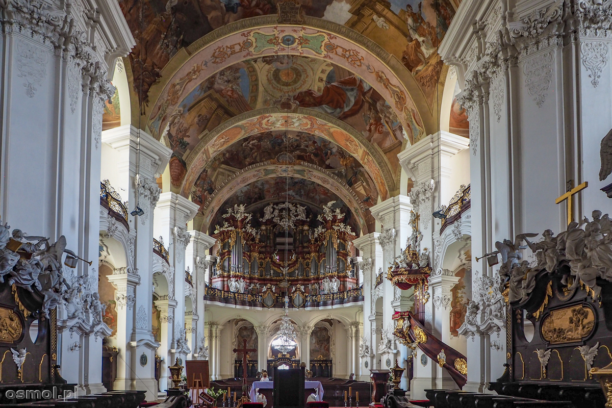 Wnętrze bazyliki w Krzeszowie
