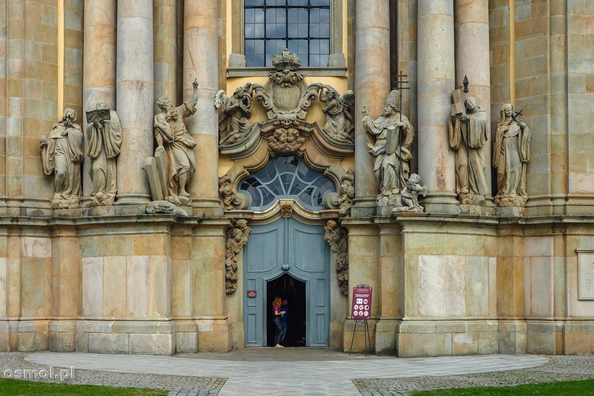 Wejście do bazyliki w Krzeszowie