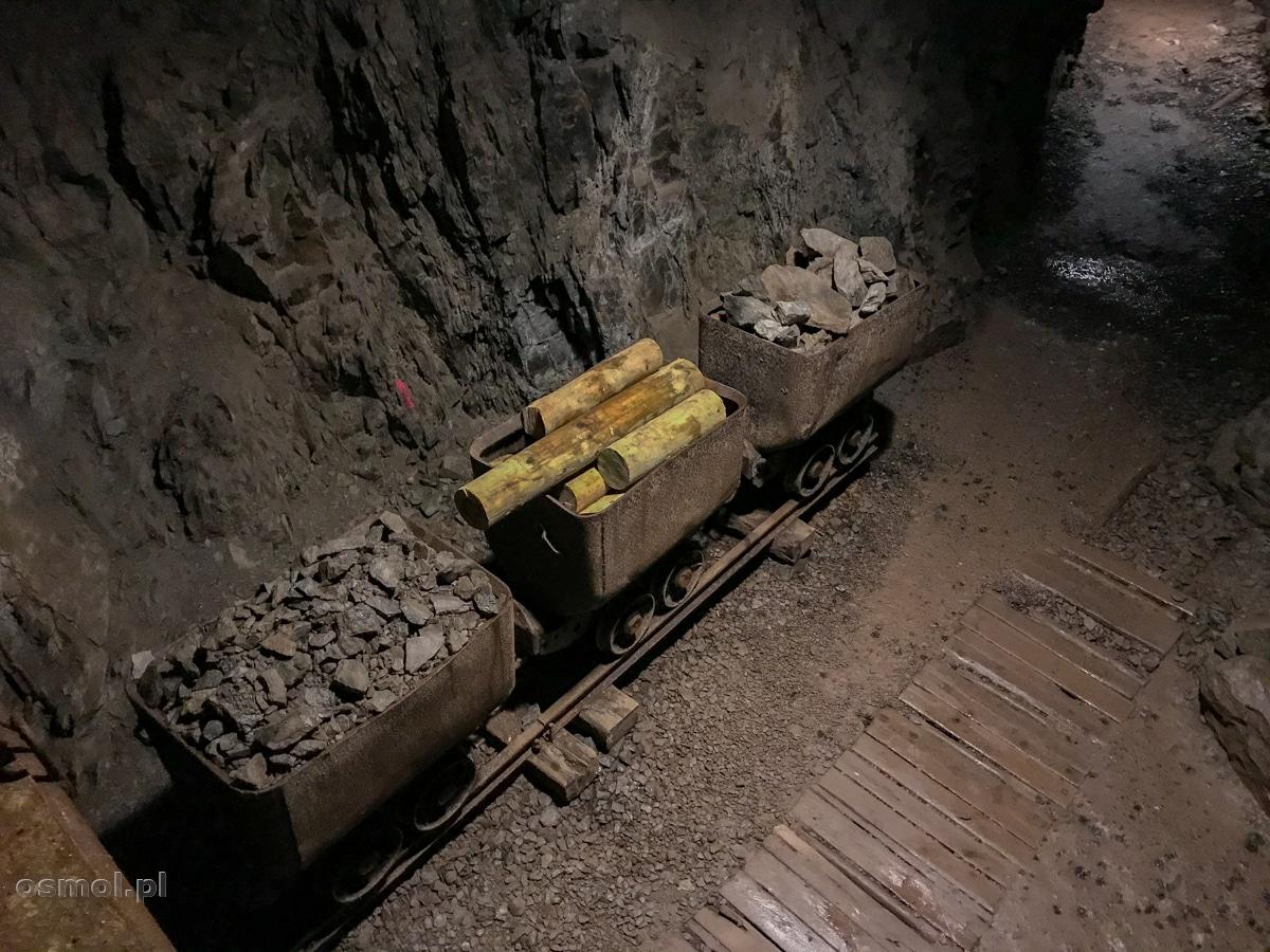 Lory czyli wagoniki jakimi więźniowie wozili materiały budowlane podczas budowy Osówki