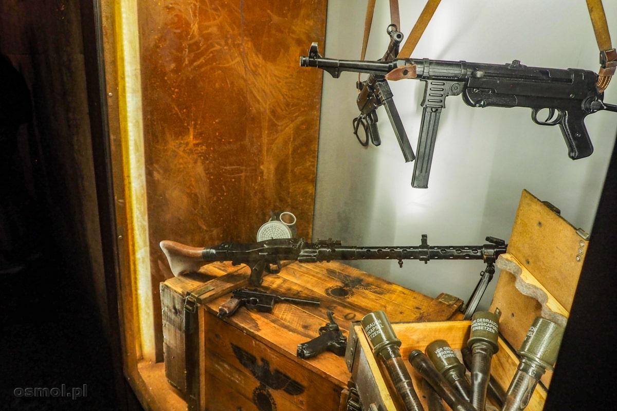 Gablota prezentująca uzbrojenie Trzeciej Rzeszy