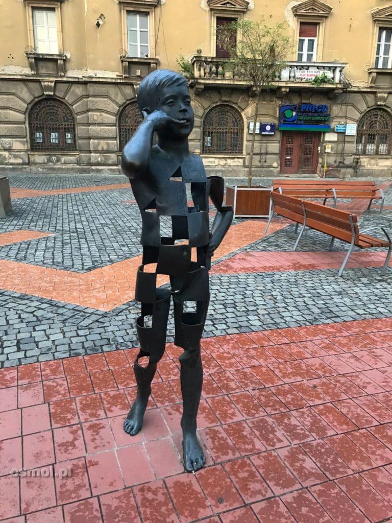 Rzeźba dziecka rozmawiającego przez telefon. Jeden z przykładów sztuki nowoczesnej w Timisoarze