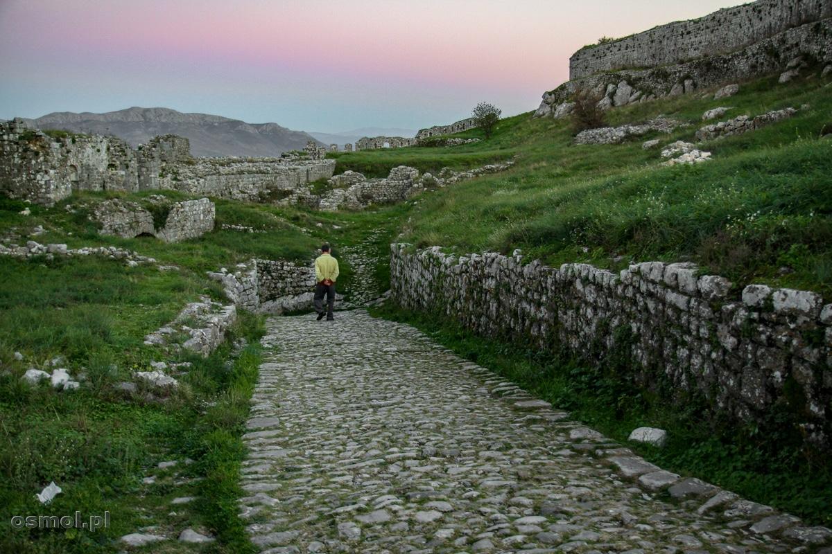 Droga prowadząca do bramy Zamku Rozafy