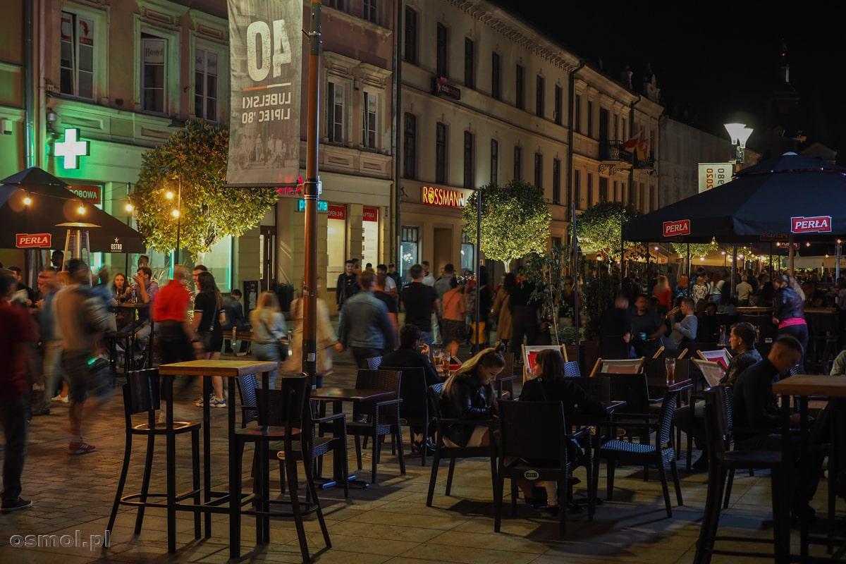 Noc w Lublinie. W sierpniu tłumy siedzą w knajpkach do późnych godzin nocnych