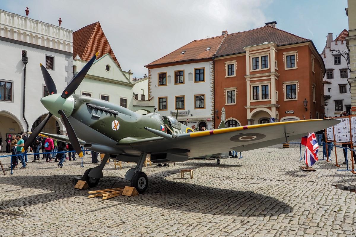 """Ustawiony na środku krumlovskiego rynku samolot z lat II wojny światowej, miał być """"żywym eksponatem"""" przypominającym o minionej wojnie"""