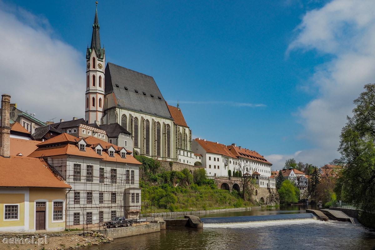 Kościół i budynki nad Wełtawą w Czeskim Krumlovie