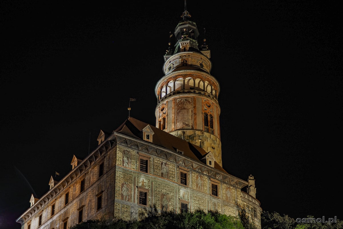 Skrzydło zamkowe wraz z wieżą w nocy jest malowniczo podświetlane