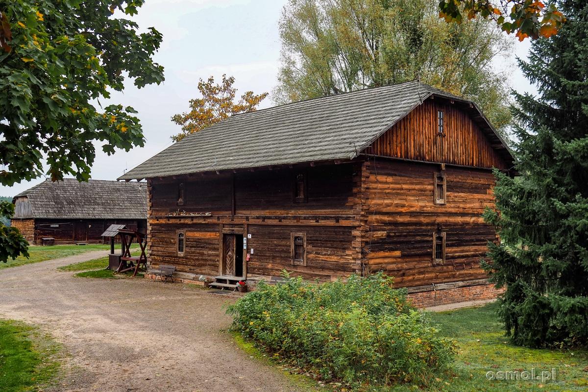 Budynek starego spichlerza w skansenie w Janowcu