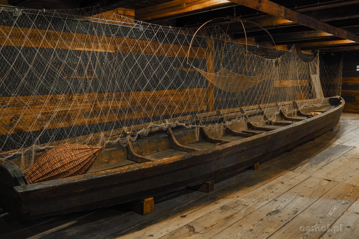 Skansen w Janowcu - łódź prezentowana w małym muzeum