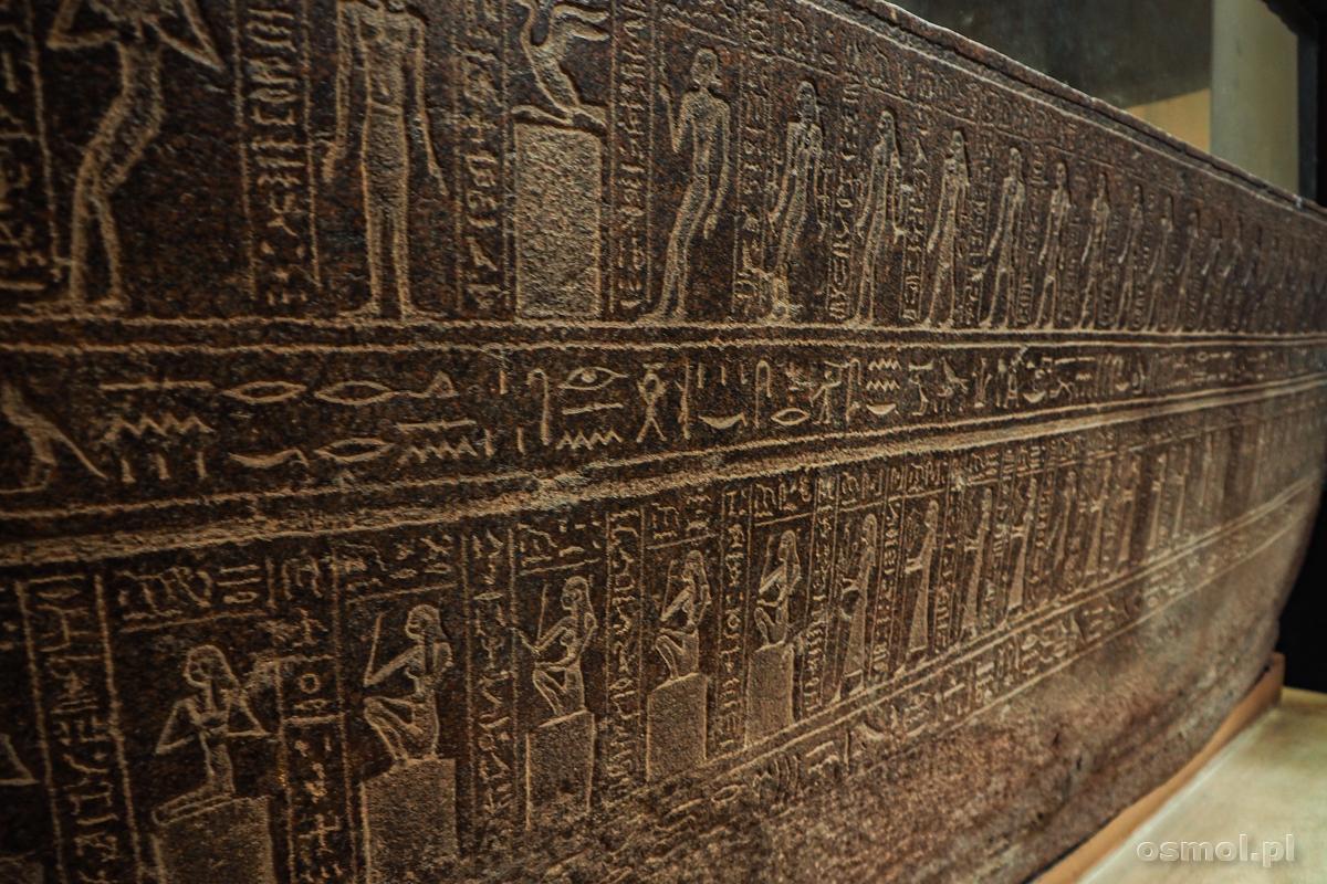 Hieroglify na jednym z sarkofagów prezentowanym w Muzeum Egipskim