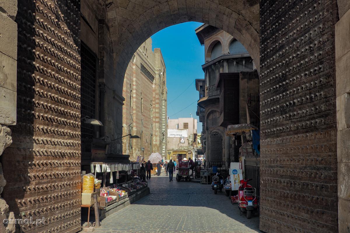 Brama w starych murach Kairu