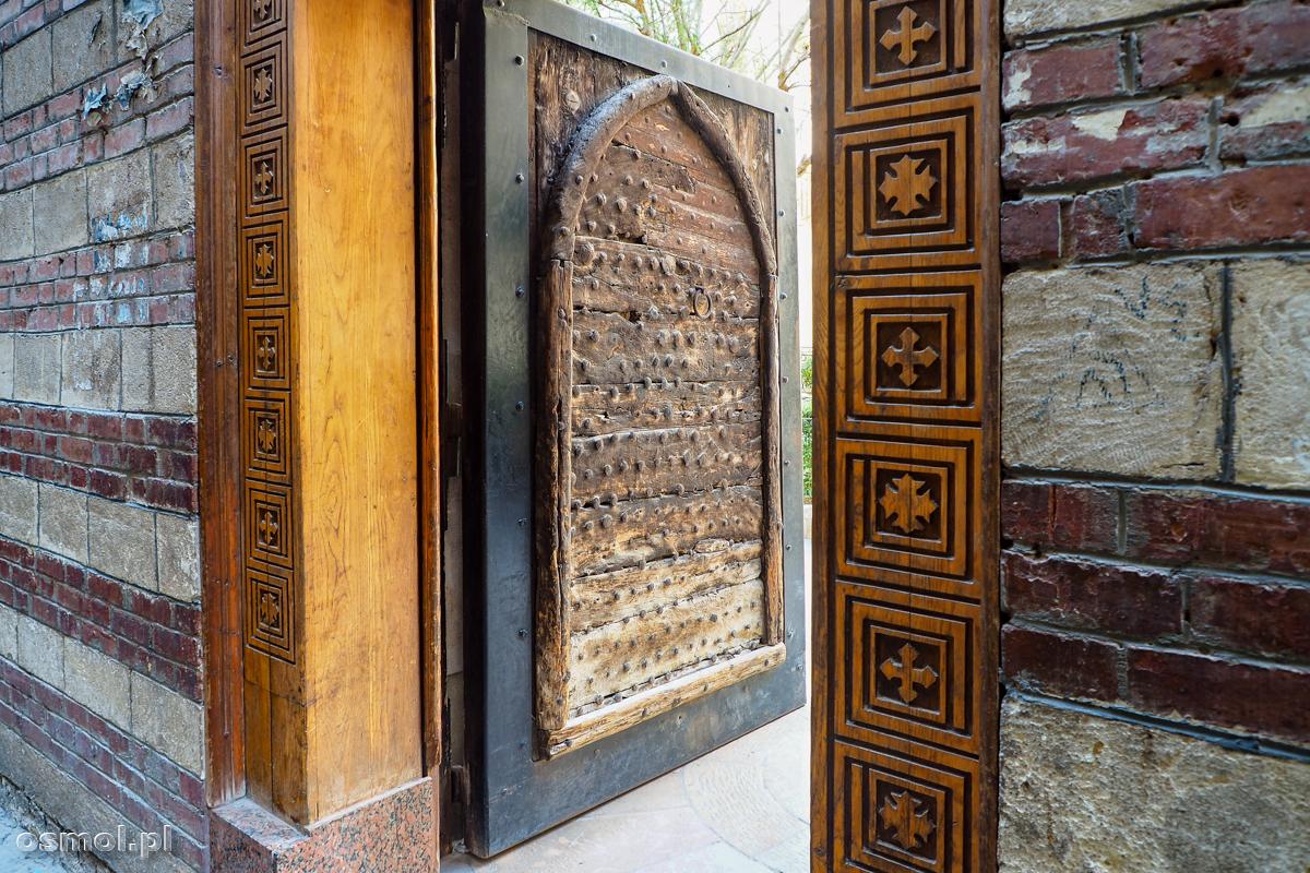 Stare drzwi w Starym Kairze - dzielnicy koptyjskiej