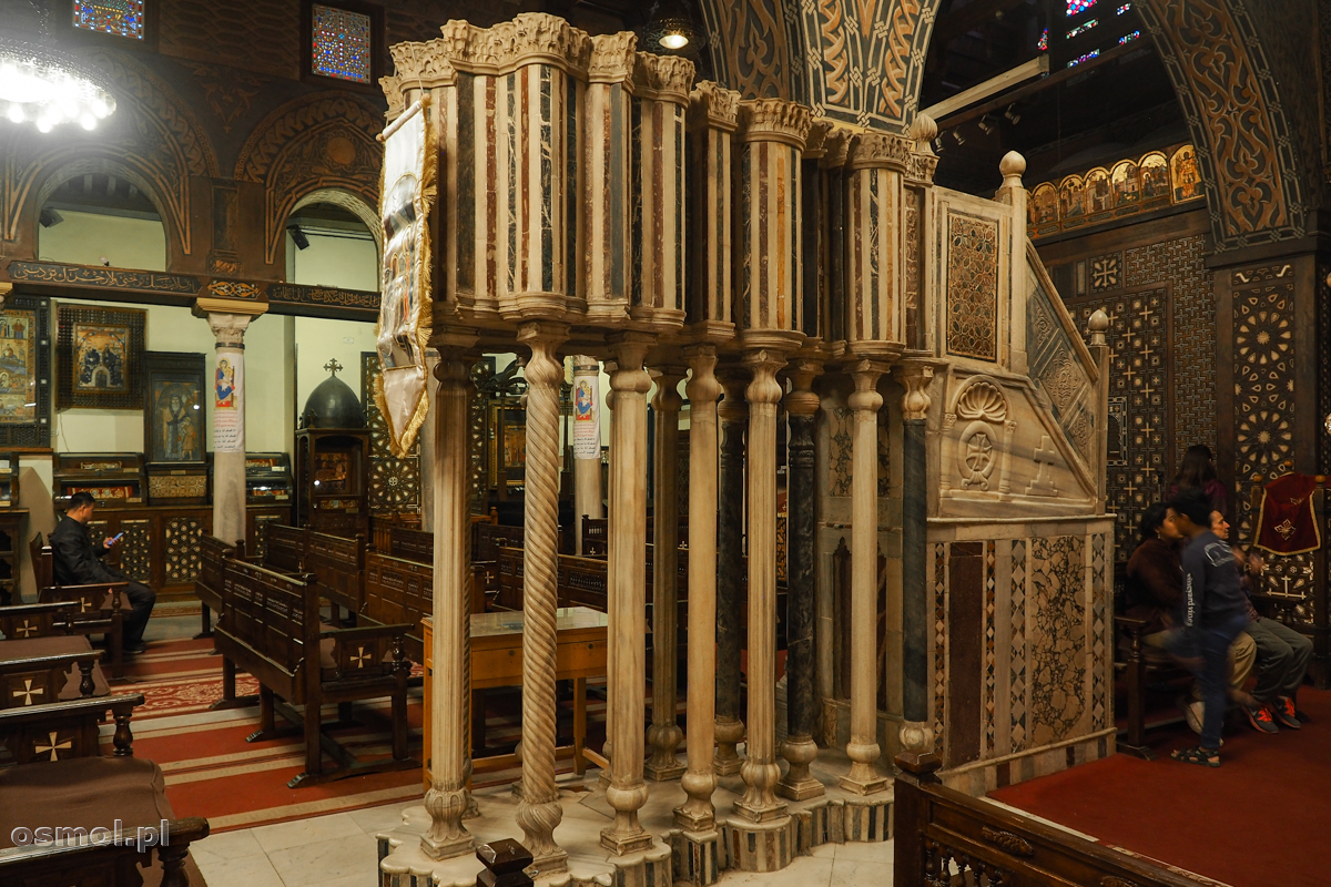 Ozdobna kazalnica w Podwieszanym Kościele w Kairze