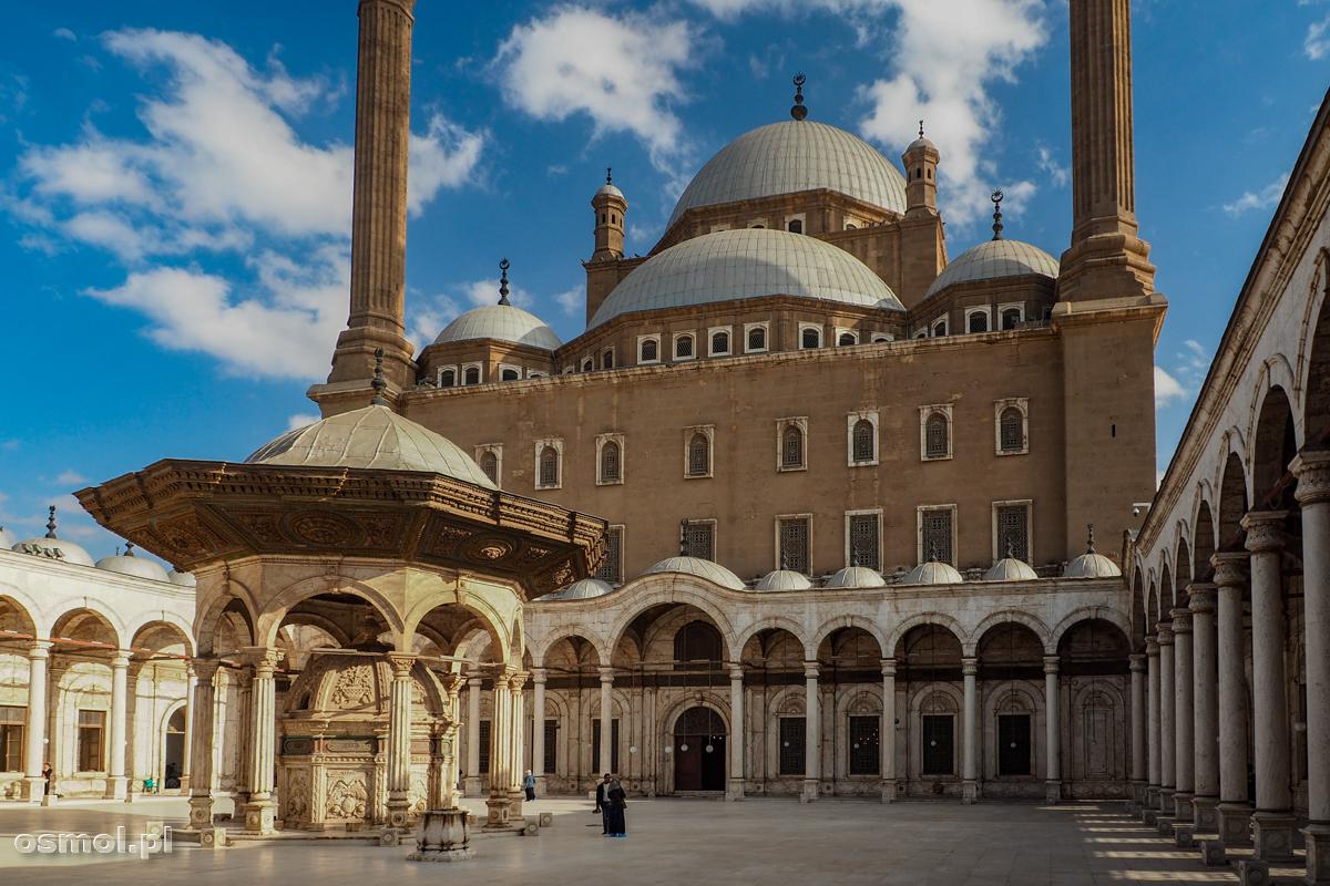 Dziedziniec przed meczetem Muhammada Alego w Kirze