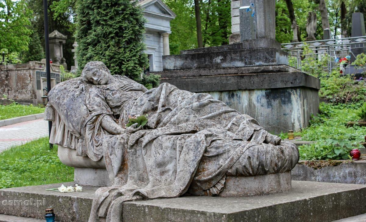 Grób Józefy Markowskiej to jeden z najbardziej znanych pomników z Cmentarza Łyczakowskiego. Umarła, czy śpi? Jest coś zwiewnie pięknego w tym grobowcu.
