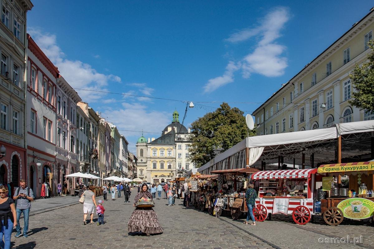 Stragany na Rynku we Lwowie. Często po Rynku przechadzają się panie przebrane w dawne stroje i sprzedające kwiaty, słodycze itp.
