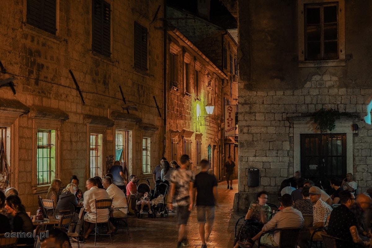 Życie w knajpkach kwitnie w Kotorze do późnych godzin nocnych