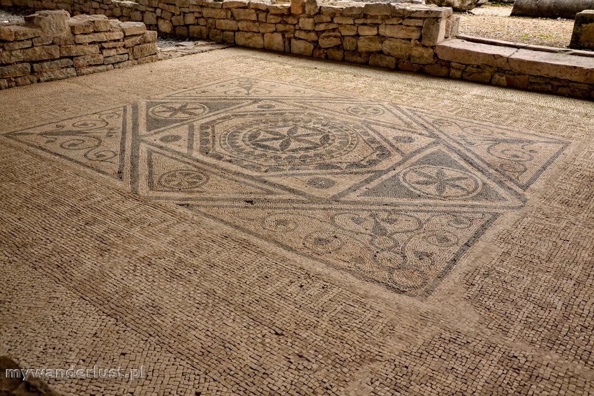 Ułożona z drobnych kamyków posadzka w domu Rzymian z Risan w Czarnogórze