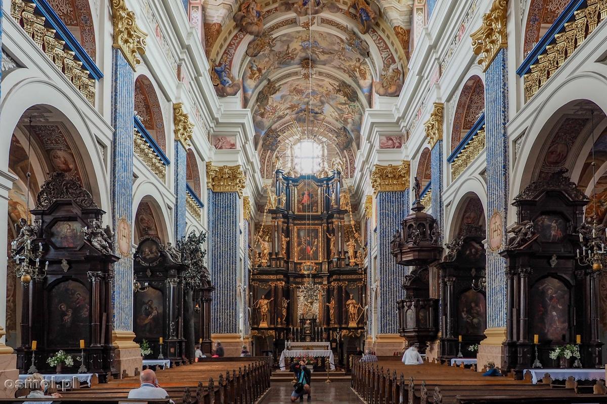 Ołtarz główny i ołtarze boczne bazyliki w Świętej Lipce