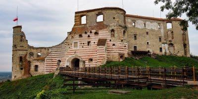 Zamek w Janowcu nad Wisłą i jego charakterystyczne czerwone pasy
