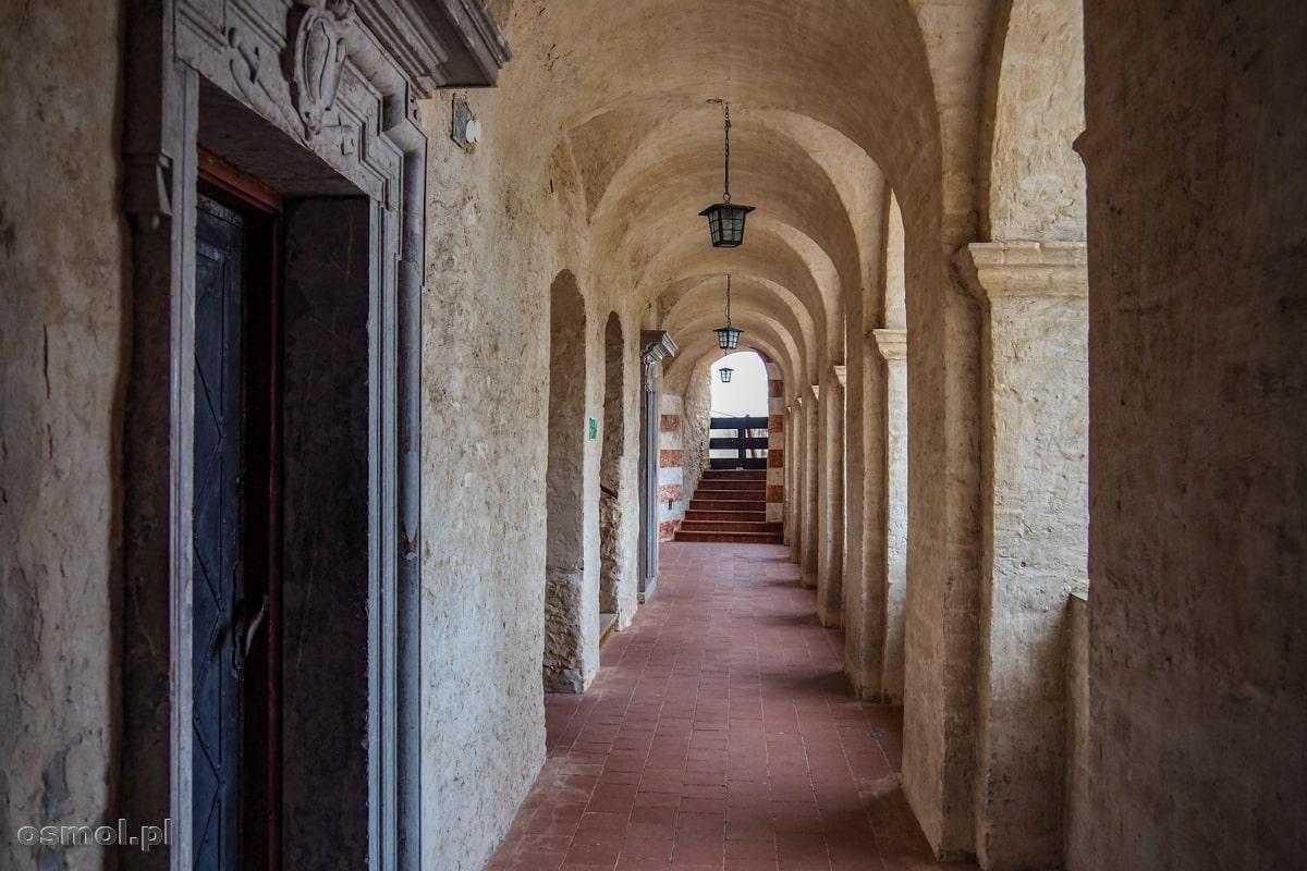 Arkady zachowane we wschodniej części zamku w Janowcu. Podobno czasami podczas pełni księżyca przechadza się po nich Czarna Dama...