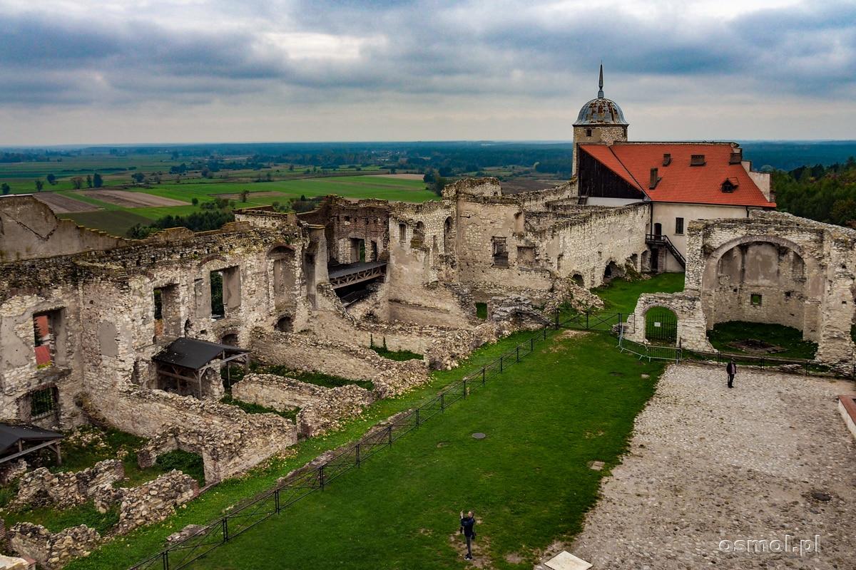 Ruiny zamku w Janowcu widziane z krużganków zamkowych