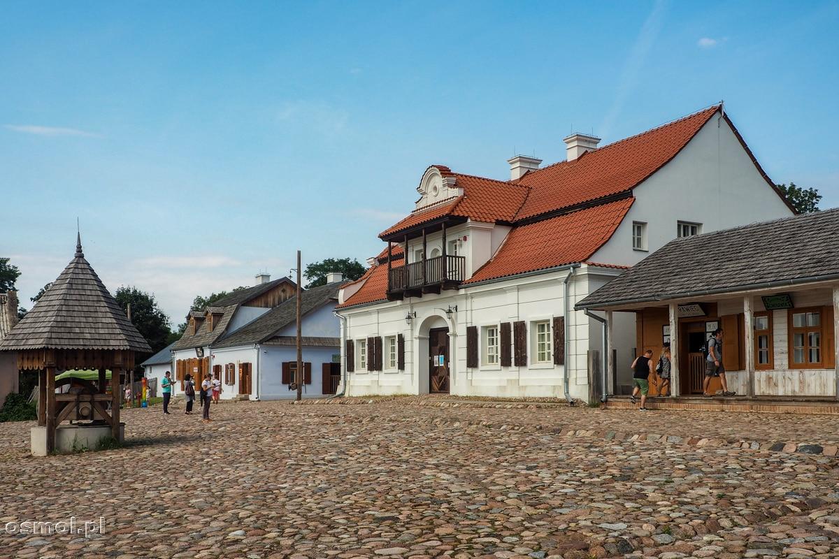 Rynek i kamienice północnej pierzeni rekonstrukcji małego miasteczka Polski Wschodniej