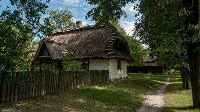 Skansen Wsi Lubelskiej. Jedna ze ścieżek wiodących od chaty do chaty