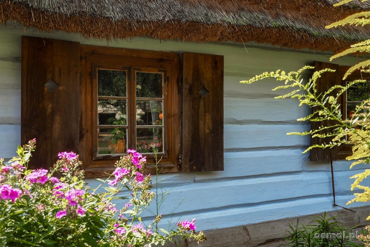Okna, okiennice i ogródki to chyba moje ulubione części starych domów