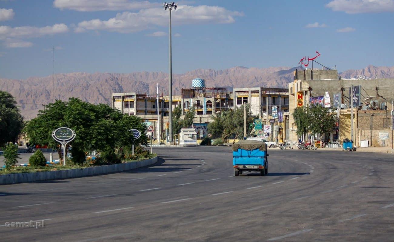 Tabas. Ogromne ronda nie są w Iranie rzadkością. To ma 6 pasów pasów, a ruchu samochodowego prawie nie ma