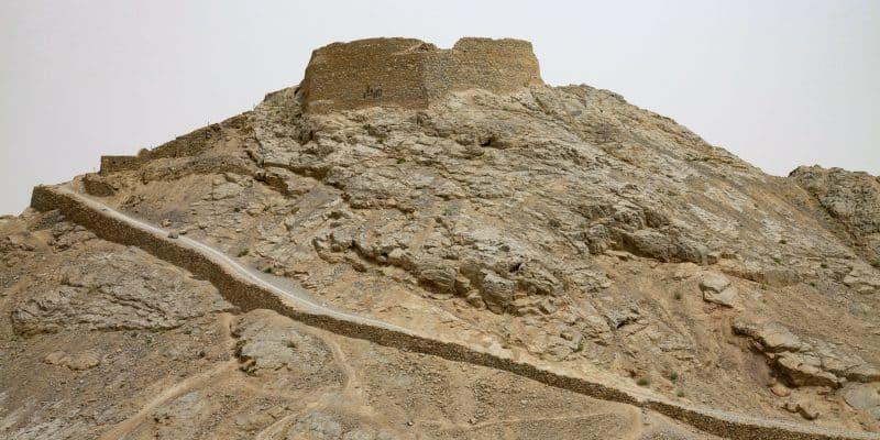 Wieża milczenia na szczycie góry w Yazd