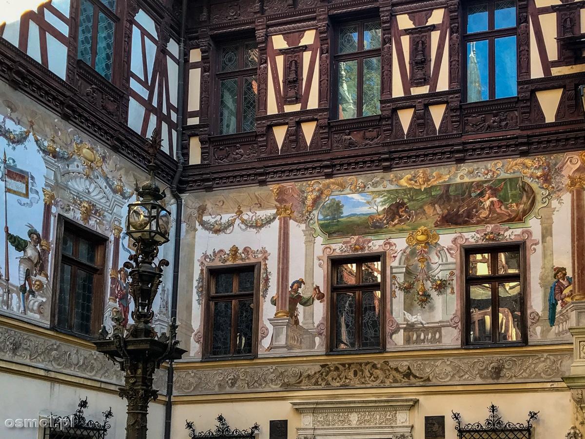 Zewnętrzne ściany pałacu Peles zdobią trójwymiarowe malowidła
