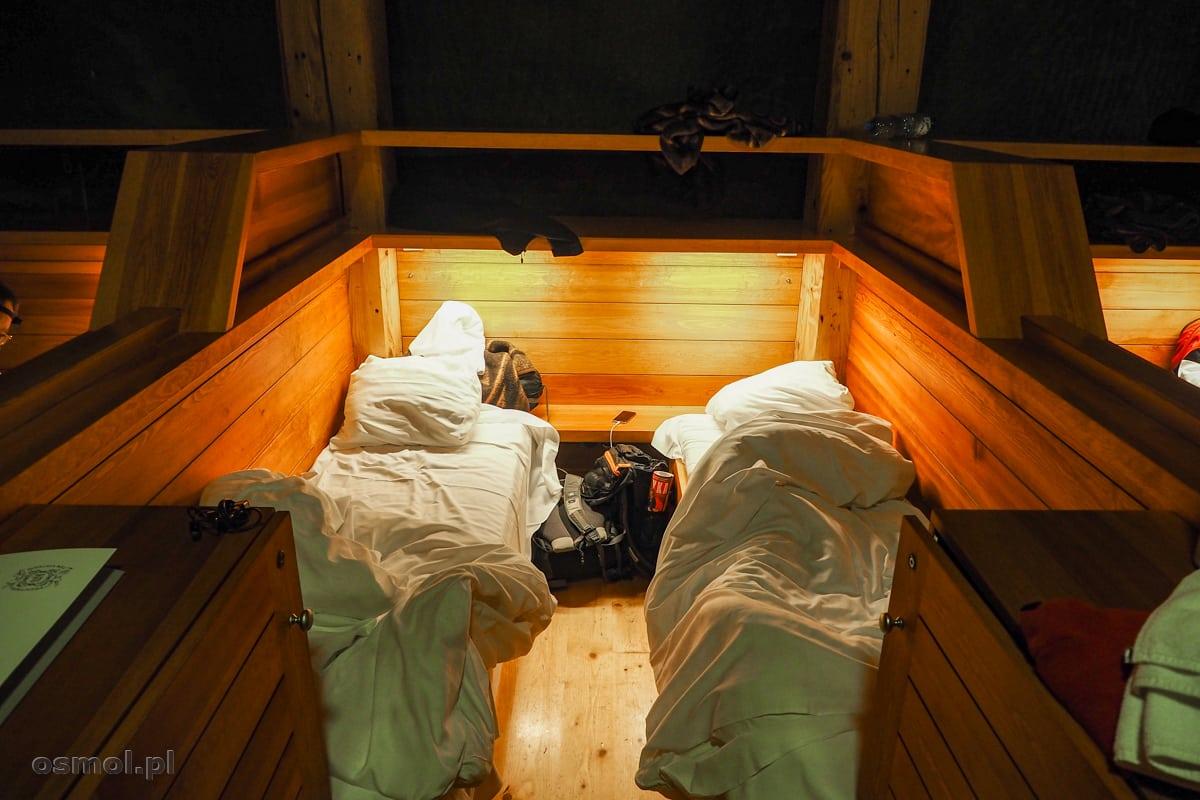 Łóżka w jednym z boksów noclegowych w kopalni w Wieliczce