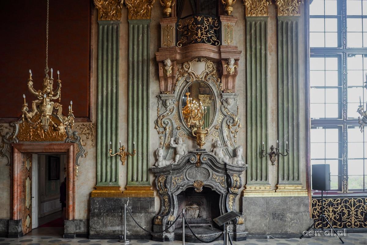 Kominek z czarnego marmuru w Sali Maksymiliana zamku Książ