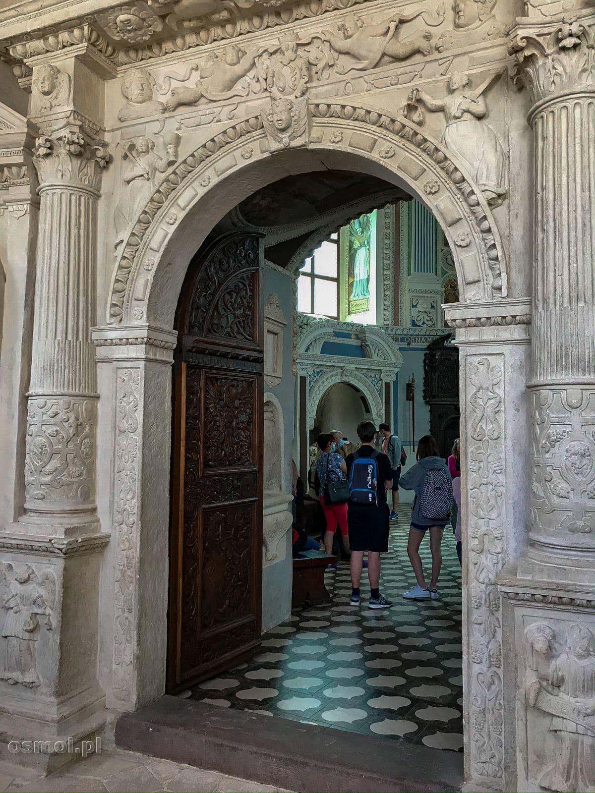 Bogato rzeźbiony portal wejściowy prowadzący do kaplicy w Krasiczynie