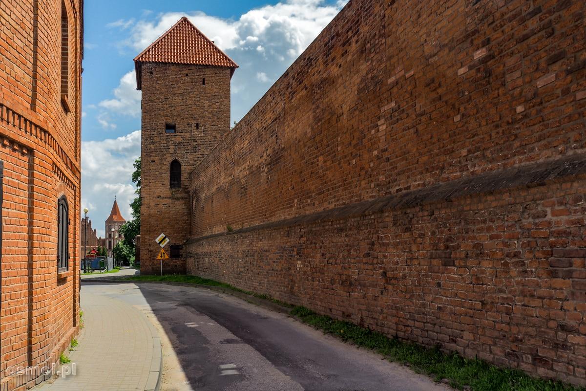 Mury obronne Chełmna z Basztą Prochową i jedyną krzywą ulicą na terenie starego miasta