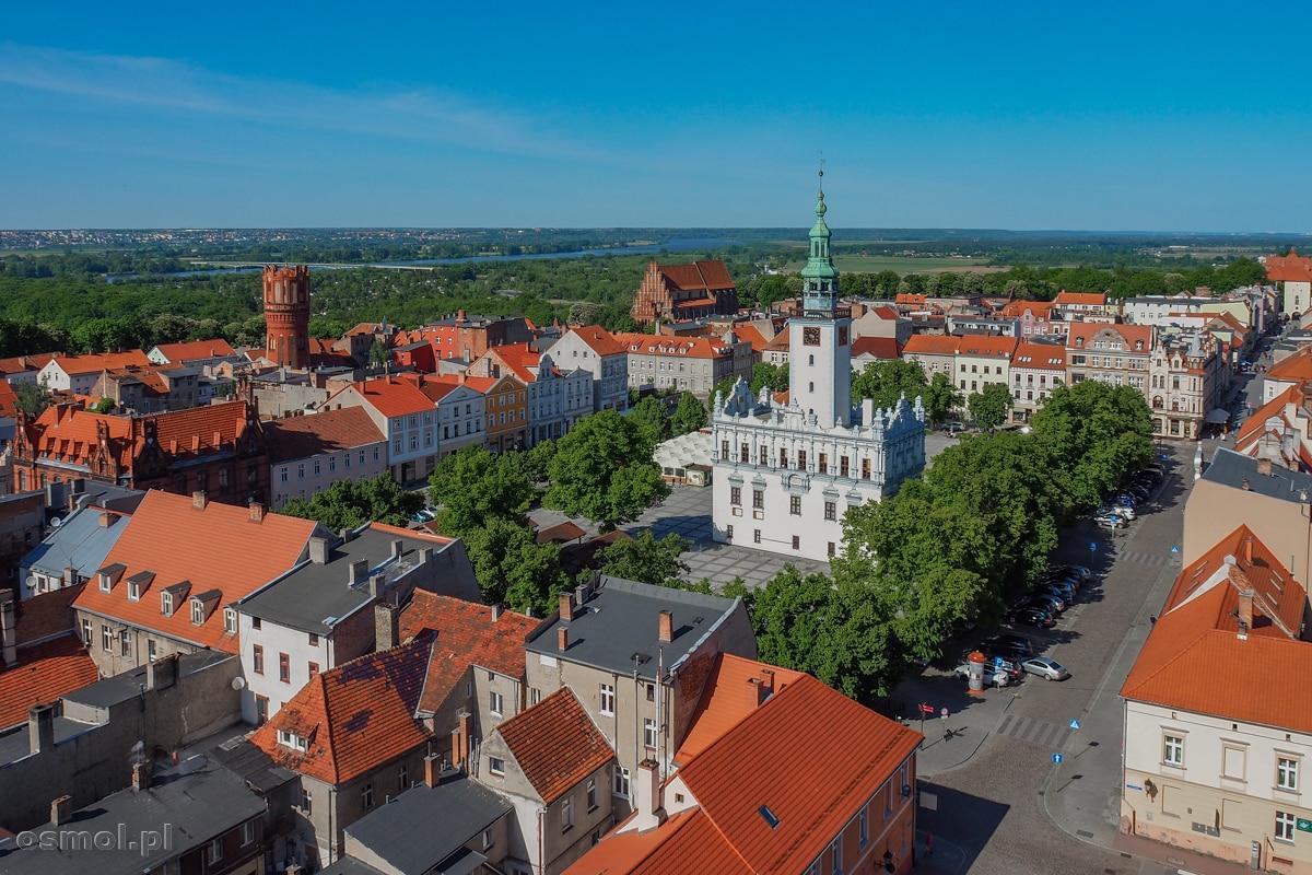 Widok na Rynek w Chełmnie. W centralnym punkcie znajduje się rzecz jasna ratusz.