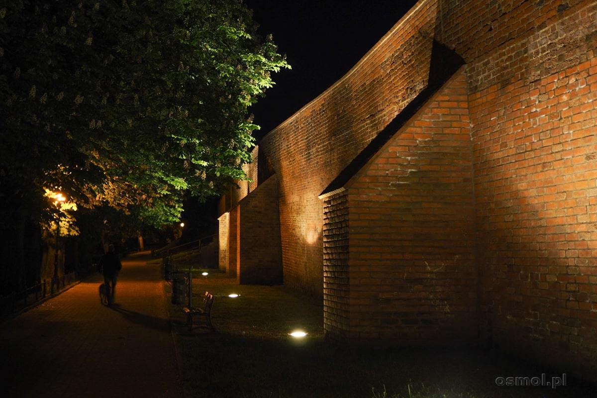 Mury miejskie Chełmno nocą są pięknie podświetlone