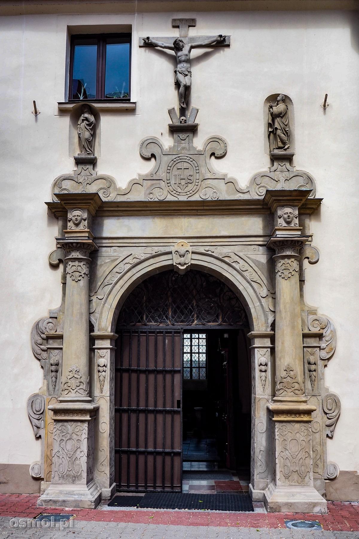 Portal prowadzący do kościoła na terenie klasztoru Cysterek