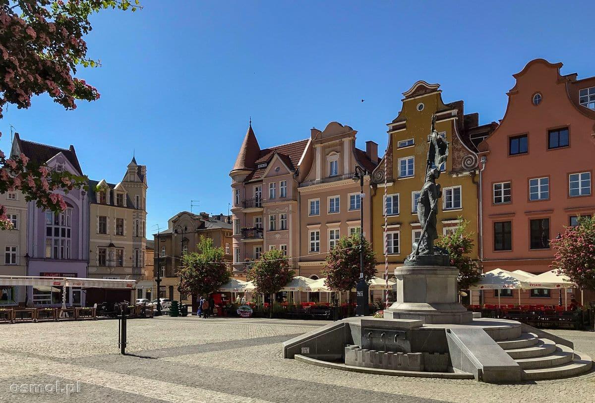 Na środku rynku stoi pomnik Żołnierza Polskiego